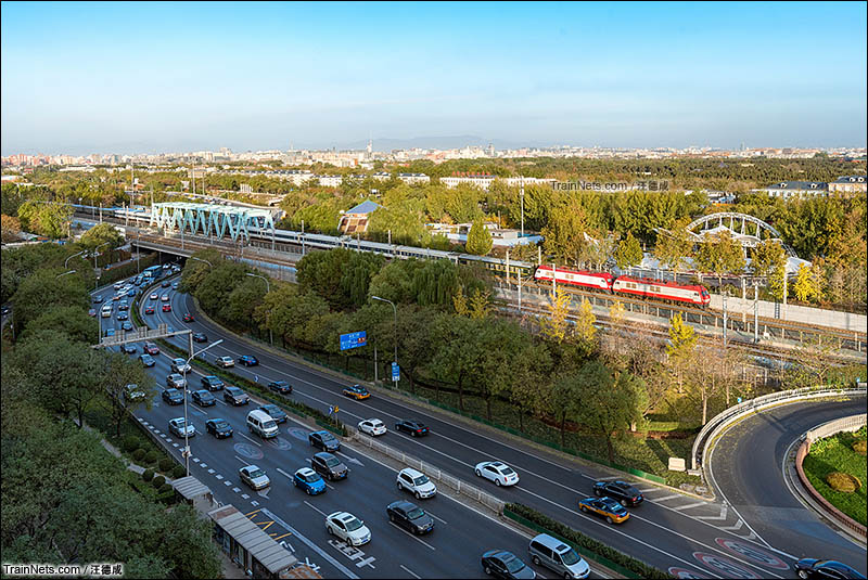 2016年11月14日。北风吹走京城的雾霾,双机SS9G电力机车牵引Z10次列车(杭州-北京)迎着朝阳跨越北京南二环,向终点站北京站进发。(图/汪德成)