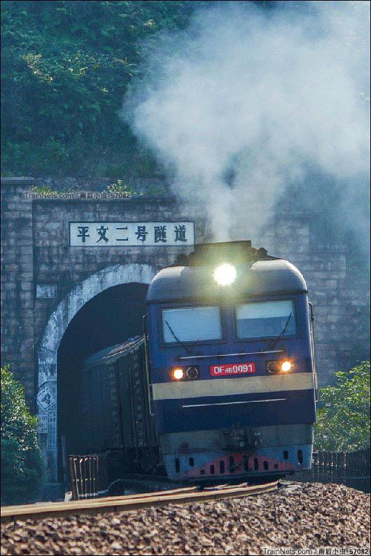 2016年10月5日。柳州三江县。南焦柳DF8B牵引货列呼啸驶出隧道,吞云吐雾。(图/雨后小虫_57082)