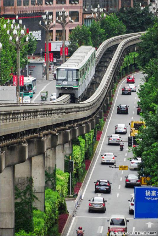 2016年8月5日。重庆。开往较场口方向的轨道交通2号线列车即将驶入杨家坪站,高架桥与 街道构成与众不同的视觉体验。(图/雨后小虫_57082)
