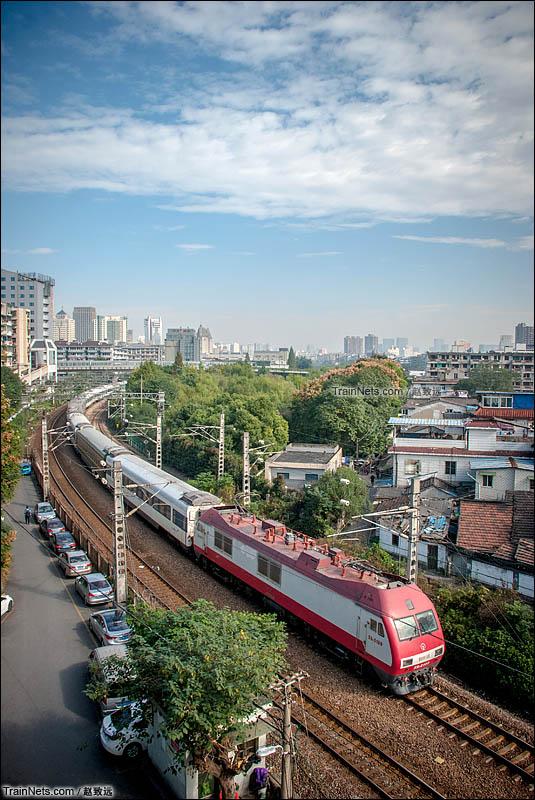 2016年11月12日。SS9G牵引客车行驶在沪昆绕行线。(图/赵致远)