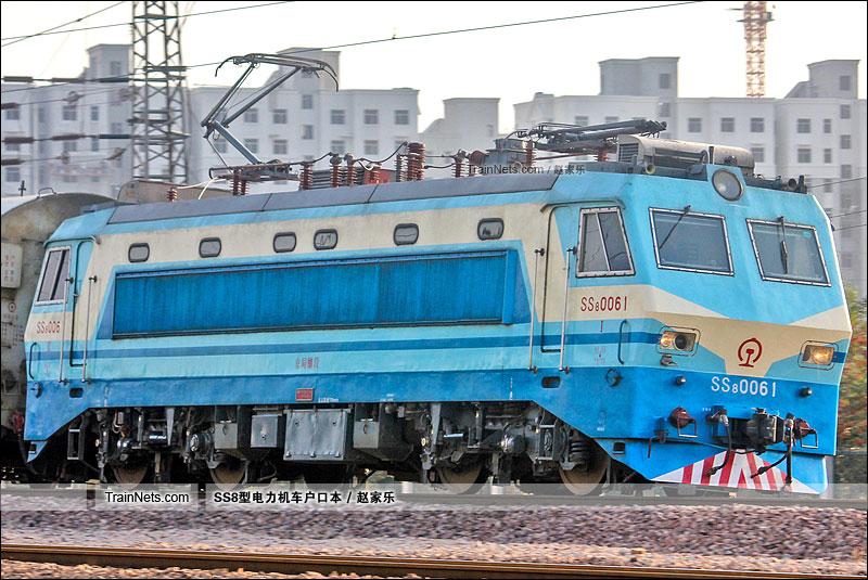 2014年10月17日。平南车站。SS8-0061。(图/赵家乐)