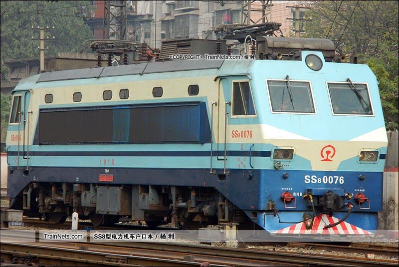 2011年12月18日。衡阳站机待线。SS8-0076。(图/杨利)