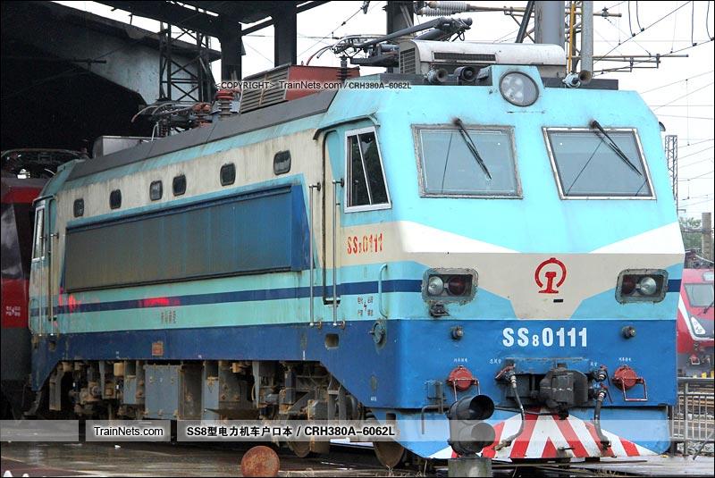 2015年10月6日。南昌机务段。SS8-0111。(图/CRH380A-6062L)