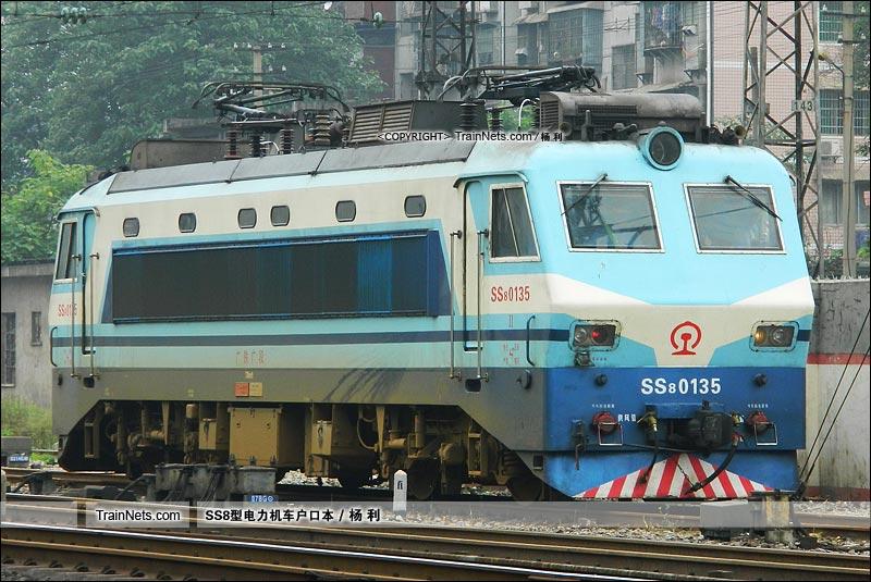 2012年5月28日。衡阳站机待线。SS8-0135。(图/杨利)