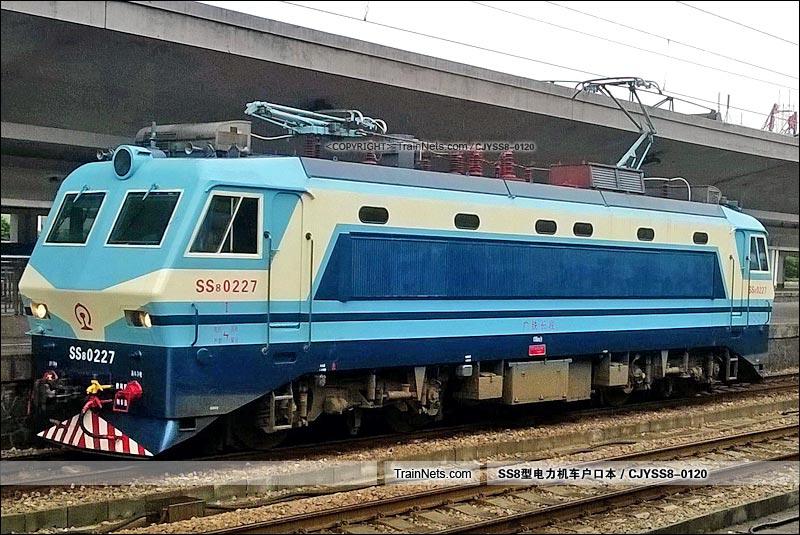 2015年10月6日。广州火车站。SS8-0227。(图/CJYSS8-0120)