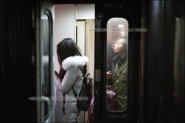 2017年1月1日。5365次长沙至韶山绿皮车,列车抵达湘潭站,乘客在车门前排队准备下车。(图/火车仔)