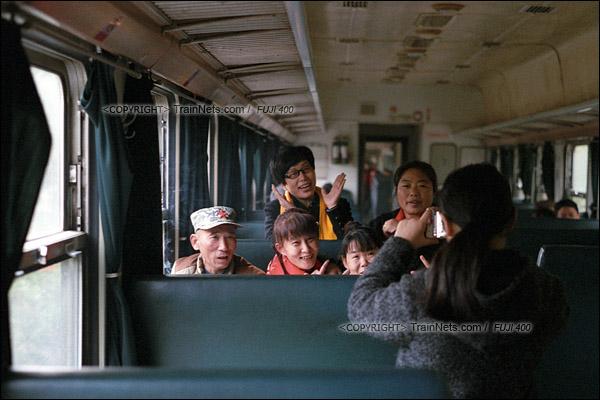 2017年1月1日。5365次长沙至韶山绿皮车,一群老同学选择前往韶山聚会,她们在年轻的时候也搭乘过这一趟列车参观故居。(图/火车仔)