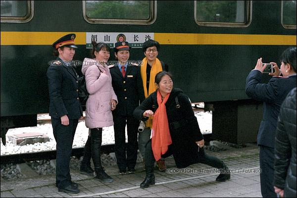 2017年1月1日。韶山站。5365次机车抵达后,列车长、乘务员与游客在水牌前留影。(图/火车仔)