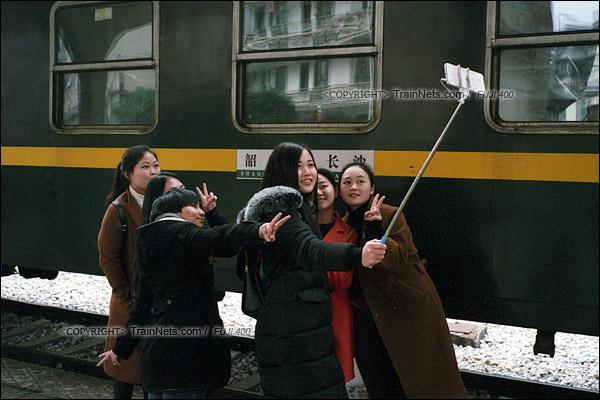 2017年1月1日。韶山站。5365次机车抵达后,一群游客在水牌前留影。(图/火车仔)