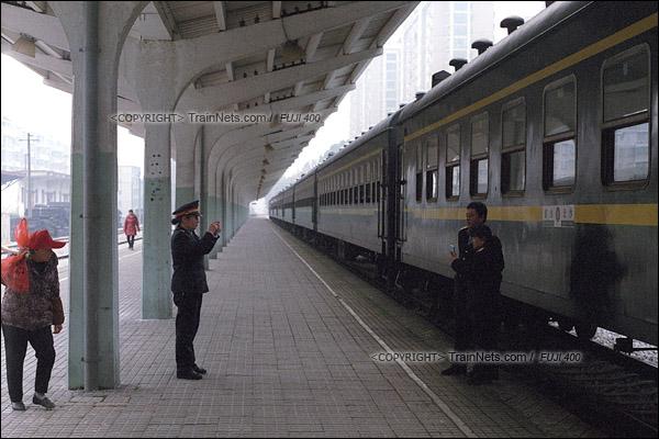 2017年1月1日。韶山站。5365次机车抵达后,列车长、乘务员在水牌前留影。(图/火车仔)