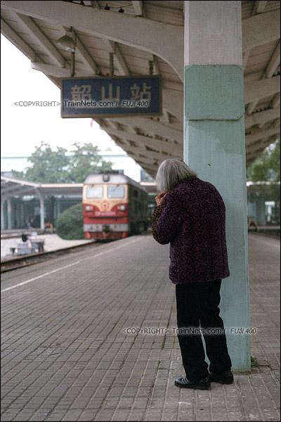 2017年1月1日。韶山站。5365次机车抵达后等待换向。一名老妇站在一旁观看。(图/火车仔)