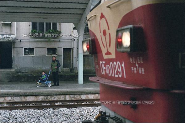 2017年1月1日。韶山站站台基本成为了附近的居民散步场所,一名孩子正在观看正在换向的机车。(图/火车仔)