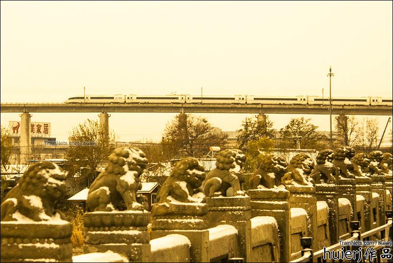2016年11月21日。北京。京广高铁CRH380B在卢沟桥旁飞驰而过。(图/huierj)