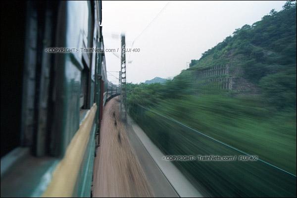 2012年8月24日。傍晚,韶山至长沙的5366次绿皮车在京广线上以110km/h的速度飞驰。(D4223/火车仔)