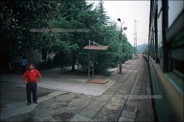 2012年8月24日。傍晚,韶山至长沙的5366次绿皮车停靠京广线上小站,白马垅站。(D4224/火车仔)