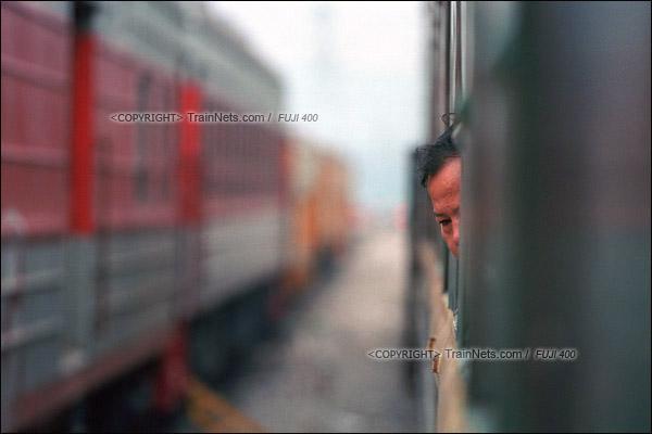2012年8月25日。长沙至韶山的5365次绿皮车。列车临时停车,一位乘客伸头出窗户乘凉。(D4307/火车仔)