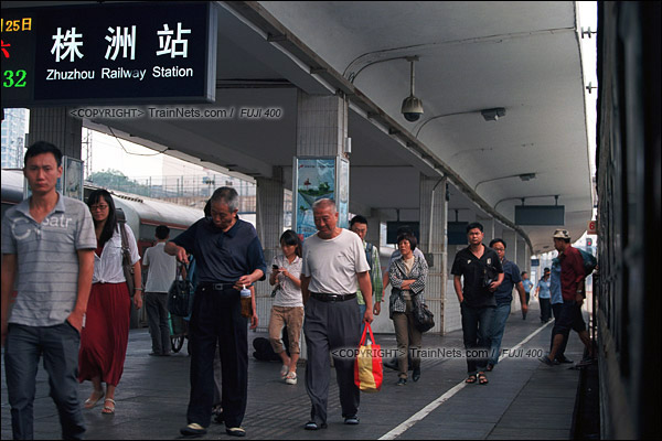 2012年8月,京广线。长沙至韶山的5365次绿皮车。列车抵达株洲站,不少市民下车准备上班。(D4322/火车仔)