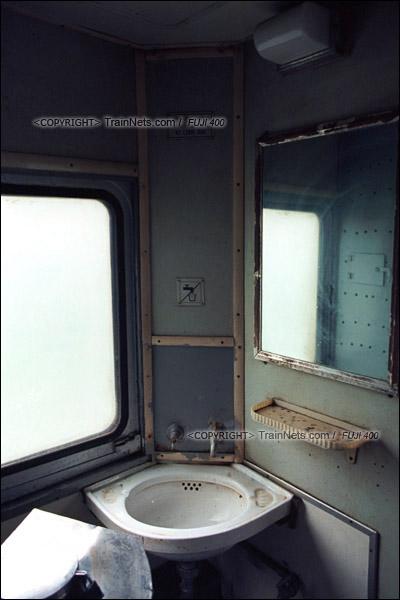 2012年8月。韶山线。长沙至韶山的5365次绿皮车。车厢的洗手间仍是老式的木头结构。(D4334/火车仔)