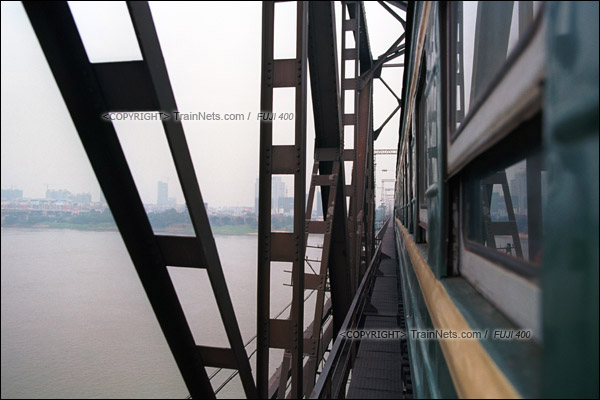 2012年8月。长沙至韶山的5365次绿皮车。列车即将进入湘潭火车站,正在跨过湘江。(D4403/火车仔)