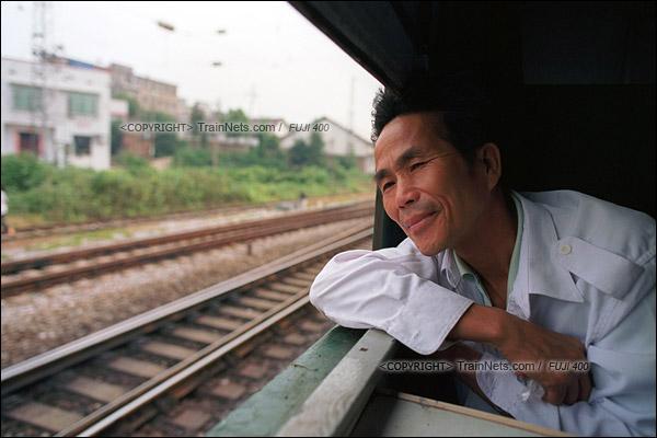 2012年8月25日。长沙至韶山的5365次绿皮车。李小山看着窗外的风景。他带着一家人前往韶山参观毛主席故居。(D4326/火车仔)