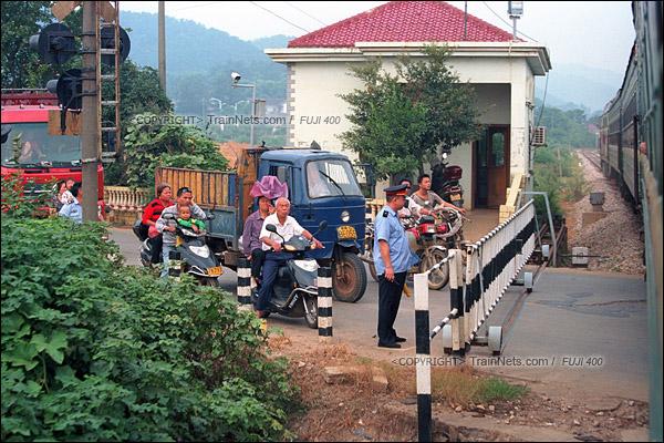 2012年8月25日。长沙至韶山的5365次绿皮车。韶山线上的一个小道口。(D4422/火车仔)