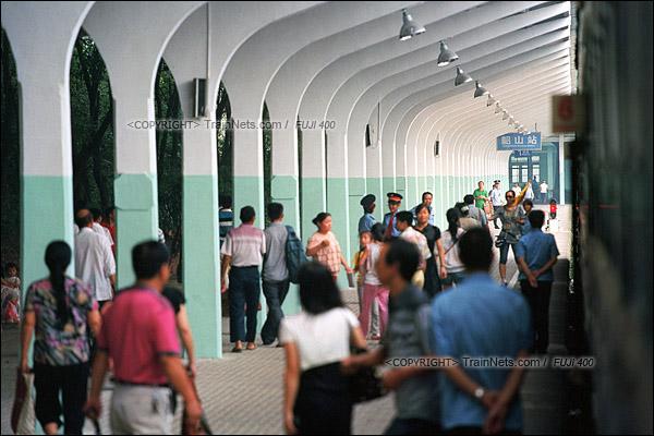 2012年8月25日。长沙至韶山的5365次绿皮车。列车抵达韶山站后,来自各方的旅客正在出站。(D4432/火车仔)