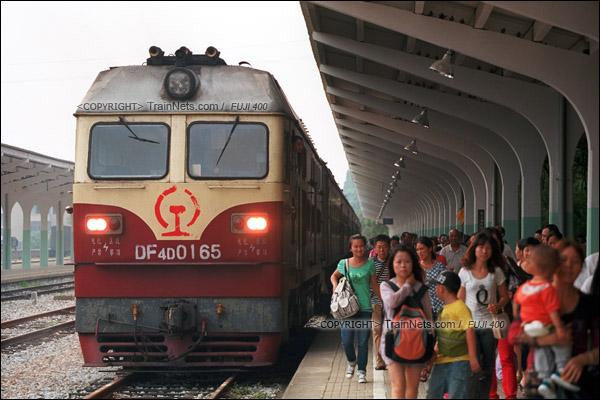 2012年8月25日。长沙至韶山的5365次绿皮车。列车抵达韶山站后,来自各方的旅客正在出站。(D4501/火车仔)