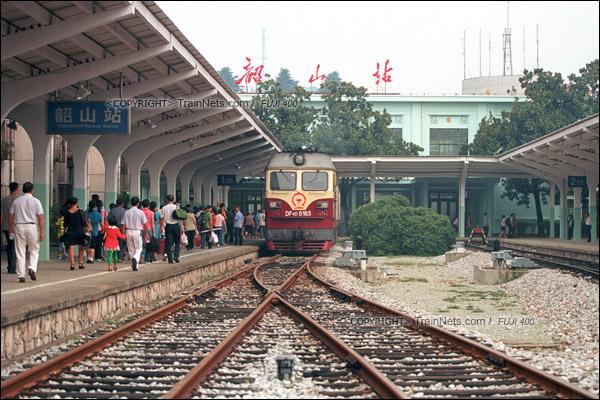 2012年8月25日。长沙至韶山的5365次绿皮车。列车抵达韶山站后,机车开往站头端换向。(D4505/火车仔)