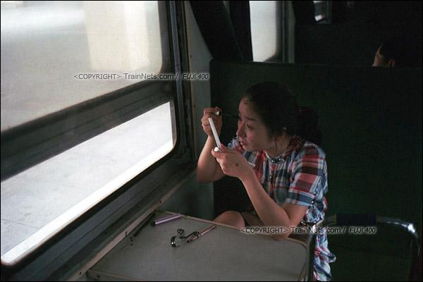 2012年8月。长沙至韶山的5365次绿皮车。长沙站开车时间为早晨六点半,一位女生上车后开始在车厢里化妆打扮,50分钟后车抵达株洲站后便直接去上班。(D4602/火车仔)