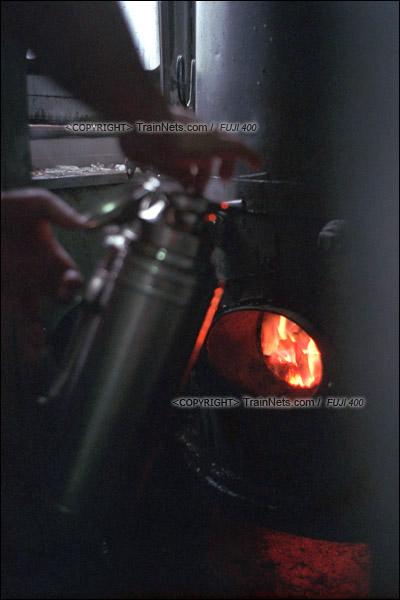 2012年8月25日。 京广线。长沙至韶山的5365次绿皮车。车上还使用着老旧的煤炉来烧热水。(D4613/火车仔)