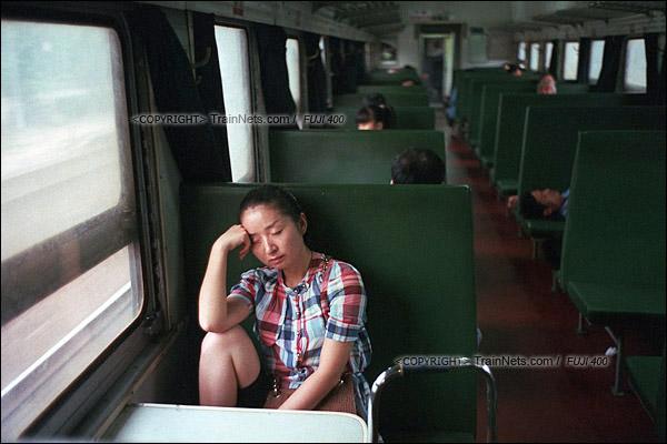 2012年8月25日。京广线。长沙至韶山的5365次绿皮车。一位前往株洲的乘客在睡觉养神。(D4614/火车仔)