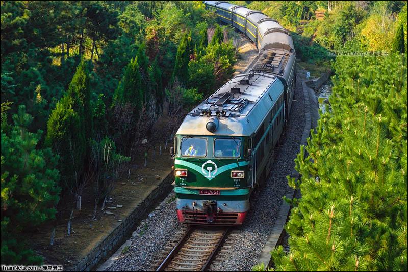 2016年11月。桃威铁路。东风4B牵引K8261次(威海-济南)通过威海市嵩山路跨线桥。(图/硬座老王)