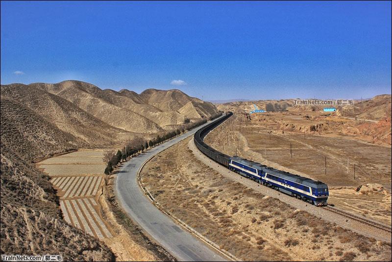 下行列车总会有50节以上的编组,有时候会附挂一台机车进矿干活。