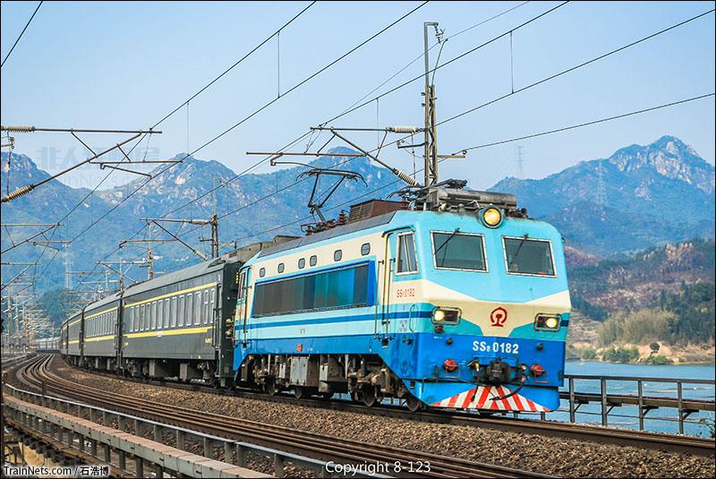 京广铁路火车视频_非人狂想屋 | 你的火车发源地 » SS8-0182牵引的客车K535次